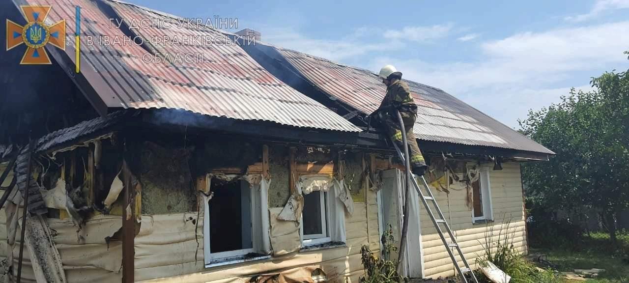 За добу на Франківщині ледь не згоріли три будинки та автобус